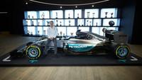 Valtteri Bottas s vozem a poháry Mercedesu