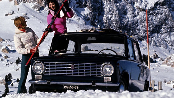 Jak správně přepravovat lyže ukazovala už dobová fotka Fiatu 124.