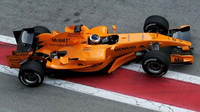Pedro de la Rosa s oranžovým McLarenem MP4-21 při testech v Barceloně