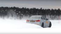 Jak projíždět zatáčky na zasněžených nebo zledovatělých silnicích? - anotační foto