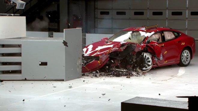 Tesla Model S v nárazových testech organizace IIHS