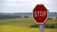 V létě je dopravní značky čitelná, ale jak se chovat v zimě?