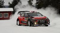 """Kris Meeke ve Švédsku C3 WRC dvakrát """"neuhlídal"""" a vůz jej """"vypekl"""""""