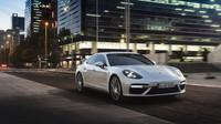 Porsche Panamera Turbo S E-Hybrid má blízko k Tesle Model S.