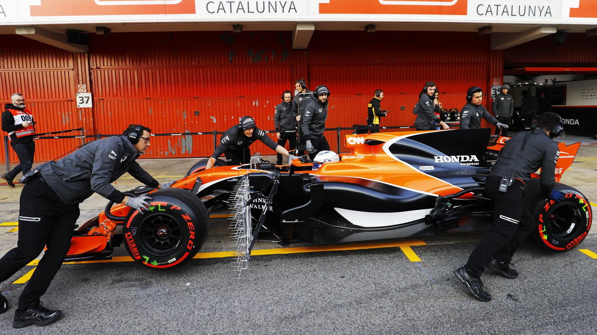 Fernando Alonso s McLarenem MCL32 během prvních předsezónních testů v Barceloně