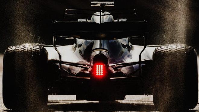 Lewis Hamilton v prvních předsezonních testech v Barceloně s novým Mercedesem