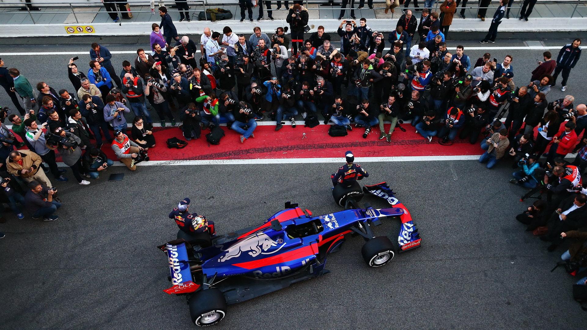 Loňské představení vozu Toro Rosso STR12 poháněného Renaultem
