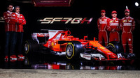 Vedení Scuderie při představení nového vozu se svými jezdci: s Antoniem Giovinazzim, Kimim Räikkönenem a se Sebastianem Vettelem