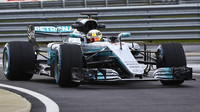 Lewis Hamilton při prvním testu (tzv. shake-downu) letošního Mercedesu F1 W08 EQ Power+
