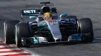Jak na Ferrari, jako by svým výrazem říkal Lewis Hamilton