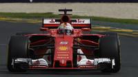 GP Austrálie: Ferrari pokořilo Mercedes, krize McLarenu trvá. Slibované předjíždění se nekonalo - anotační obrázek