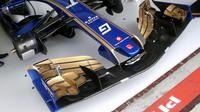 Přední křídlo vozu Sauber C36 - Ferrari při pátečním tréninku v Austrálii