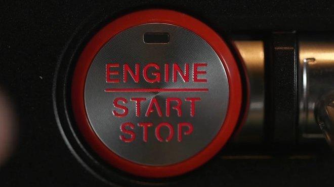 Startovací tlačítko Fordu Mustang