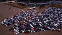 Nepoužívaný stadion jako obří parkoviště několika tisíců Volkswagenů.