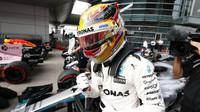 Lewis Hamilton se raduje z pole position po kvalifikaci v Číně