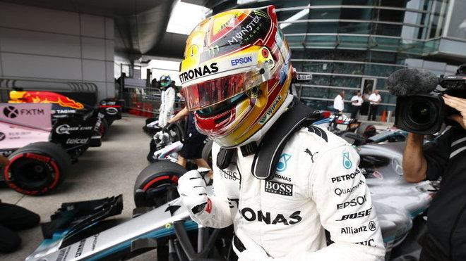 Lewis Hamilton se dělí o průběžnou vedoucí pozici v šampionátu s Vettelem