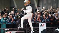 Lewis Hamilton se raduje z vítězství po závodě v Číně