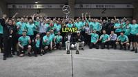 Tým Mercedes se raduje z vítěství v závodě v Číně
