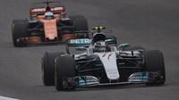 Valtteri Bottas a Fernando Alonso v závodě v Číně