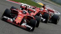 Kimi Räikkönen a Sebastian Vettel v závodě v Číně