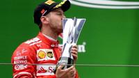 Sebastian Vettel se svou trofejí po závodě v Číně