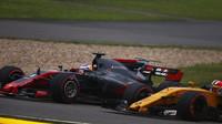 Romain Grosjean svádí souboj s Nicem Hülkenbergem