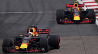Daniel Ricciardo a Max Verstappen v závodě v Číně