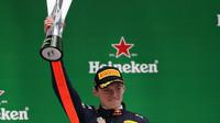 Max Verstappen se svou trofejí po závodě v Číně