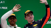 Lewis Hamilton a Max Verstappen po závodě v Číně