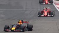 Max Verstappen před oběma vozy Ferrari v závodě v Číně