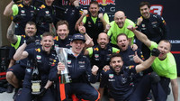 Max Verstappen se raduje se svými mechaniky po závodě v Číně