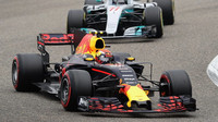 Max Verstappen a Valtteri Bottas v závodě v Číně