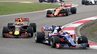 Max Verstappen a Daniil Kvjat v závodě v Číně