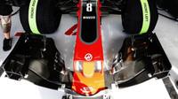 Přední křídlo vozu Haas VF-17 Ferrari při tréninku v Bahrajnu