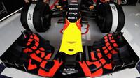 Přední křídlo vozu Red Bull RB13 - Renault při tréninku v Bahrajnu