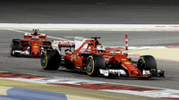 Kimi Räikkönen za svým týmovým kolegou Sebastianem Vettelem v Bahrajnu