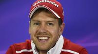 Sebastian Vettel po kvalifikaci na tiskovce v Bahrajnu