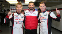 Vítězové kvalifikace Kamui Kobayashi, Mike Conway a José María López (v civilu)