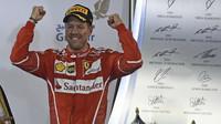 Sebastian Vettel se raduje z vítězství v závodě v Bahrajnu