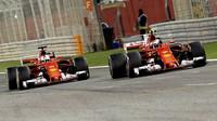 Sebastian Vettel a Kimi Räikkönen v závodě v Bahrajnu