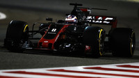 Romain Grosjean v závodě v Bahrajnu