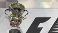 Trofej Lewise Hamiltona po závodě v Bahrajnu