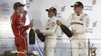 Tři nejlepší jezdci na pódiu po závodě v Bahrajnu