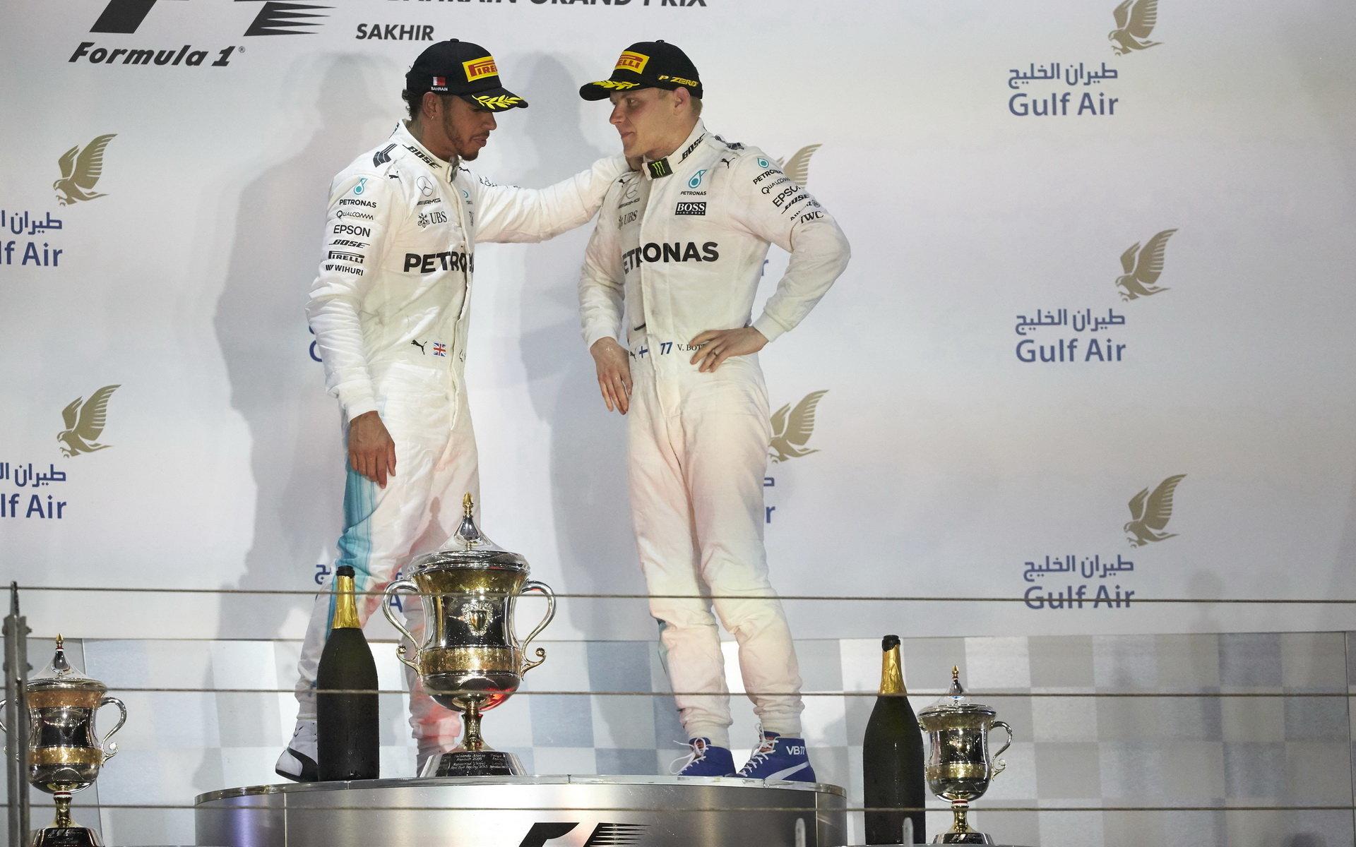 Lewis Hamilton a Valtteri Bottas na póidu po závodě v Bahrajnu