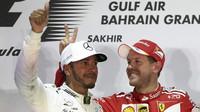 Lewis Hamilton a Sebastian Vettel na pódiu po závodě v Bahrajnu