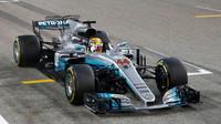 Lewis Hamilton v cíli závodu v Bahrajnu