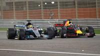 Lewis Hamilton předjíždí Daniela Ricciarda v závodě v Bahrajnu