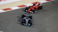 Valtteri Bottas a Sebastian Vettel v závodě v Bahrajnu