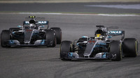 Valtteri Bottas a Lewis Hamilton v závodě v Bahrajnu