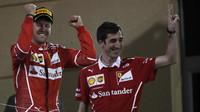 Sebastian Vettel se raduje z vítězství po závodě v Bahrajnu